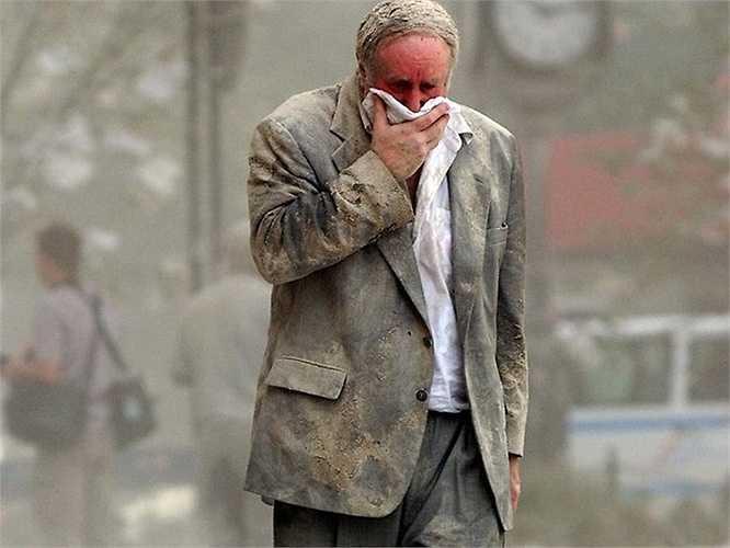 Người đàn ông bị bụi bám đầy sau thảm họa