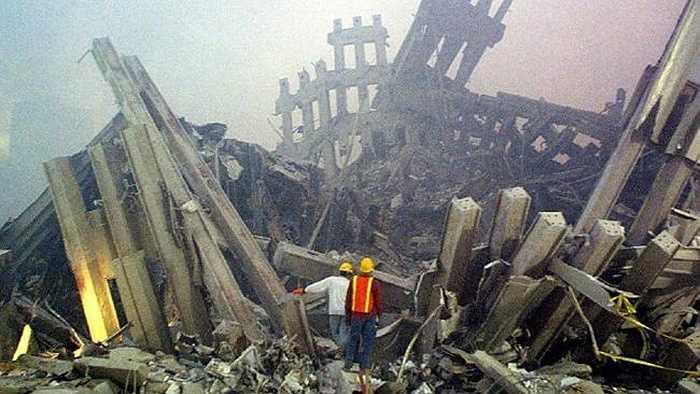 2 tòa tháp khổng lồ chỉ còn lại đống đổ nát