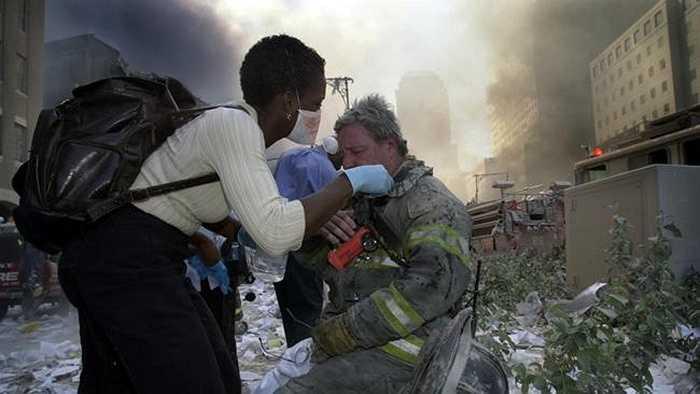 Người dân chăm sóc cho các lính cứu hỏa làm việc tại hiện trường