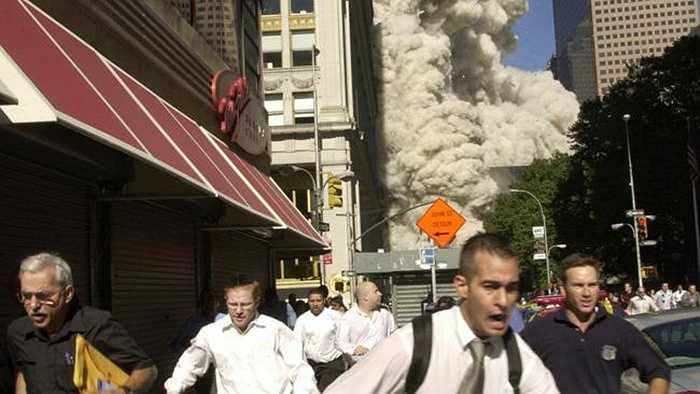 Người dân bỏ chạy khi thấy tòa tháp đôi sụp đổ