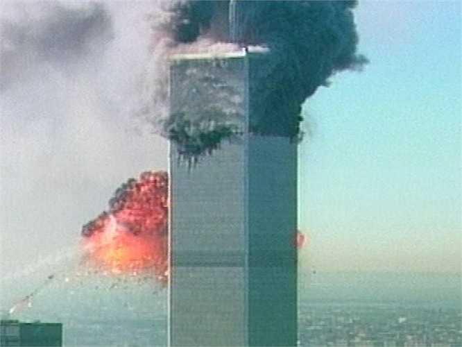 Tòa tháp bốc cháy khi bị máy bay lao vào
