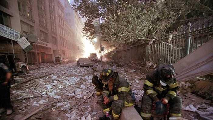 Những nhân viên cứu hỏa nghỉ ngơi sau nhiều giờ vật lộn ở hiện trường