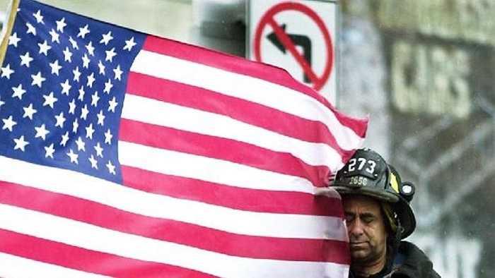 Quốc kỳ Mỹ bên cạnh người lính cứu hỏa ở hiện trường