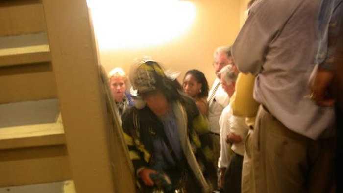 Người lính cứu hỏa lao vào tòa nhà cứu người