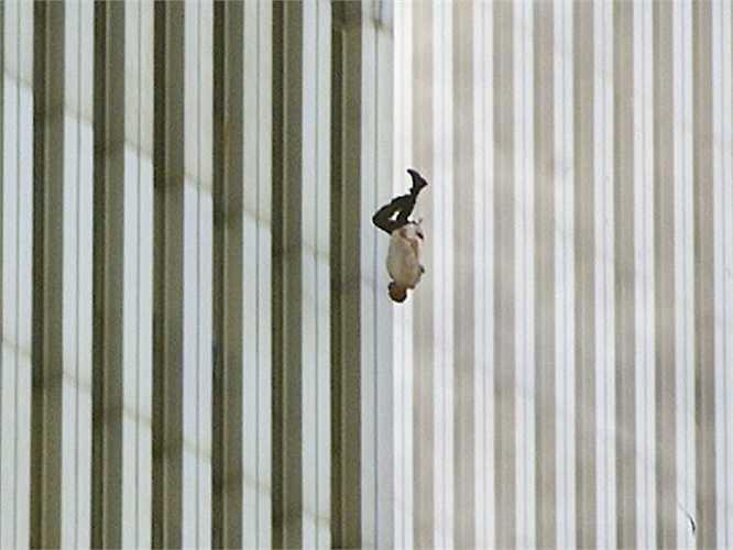 Người đàn ông lao mình khỏi tòa nhà