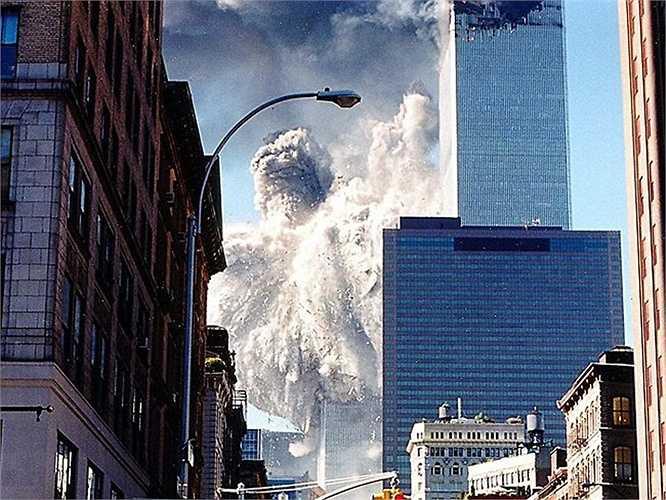 Tòa tháp phía Nam bị đâm sau nhưng sập xuống trước