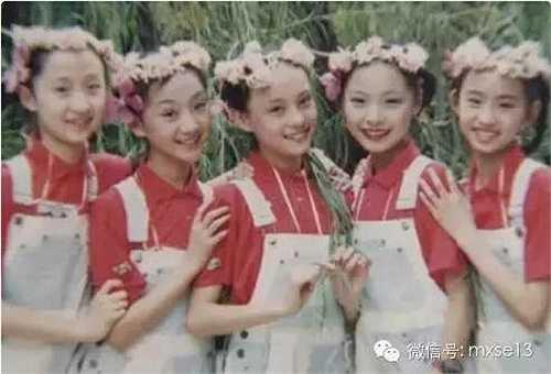 Bà xã Đặng Siêu, Tôn Lệ trong đội văn nghệ của trường. Vẻ đẹp trong sáng, tự nhiên của nàng 'Chân Hoàn' giúp cô 'nổi bần bật' khi đứng giữa đám bạn.