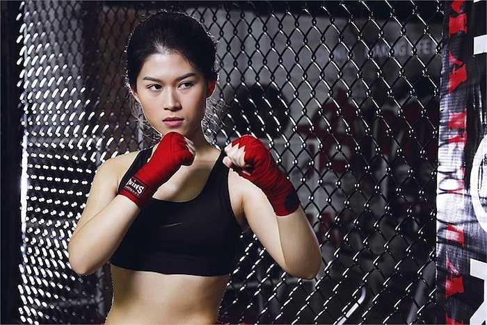 Với không gian của phòng tập boxing, Ngọc Thanh Tâm tự tin khoe vóc dáng gợi cảm, thon gọn khi thể hiện kĩ năng đấm bốc cùng với huấn luyện viên.