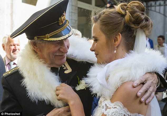 Diễn viên huyền thoại 84 tuổi kết hôn cùng vợ 24 tuổi