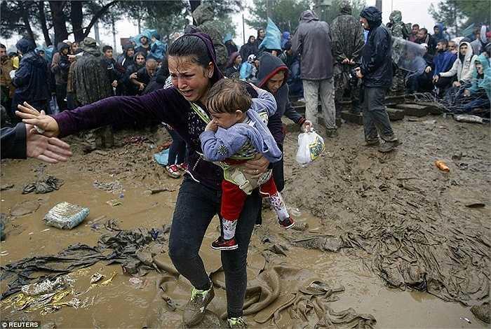 Ít nhất 7.000 người tỵ nạn vẫn chấp chấp trời mưa đứng ở biên giới phía Bắc Hy Lạ chờ vượt biên