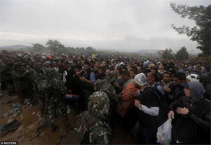 Lực lượng an ninh Macedonia cố ngăn dòng người vượt biên để tránh gây hỗn loạn. Hiện Macedonia chưa thể cung cấp đủ phương tiện di chuyển cho đoàn người ngày một đông đổ về biên giới nước này