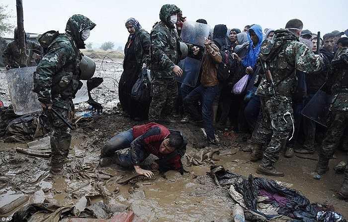 Những người di cư cố vượt hàng rào cảnh sát ở ngôi làng Idomeni, biên giới Hy Lạp