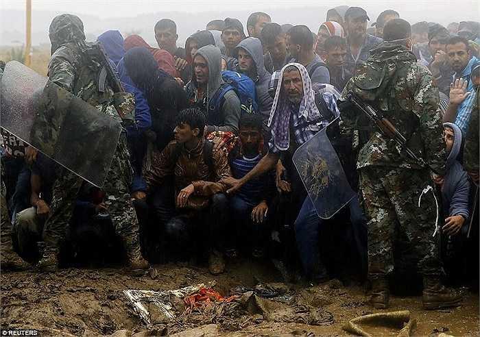 Trời vẫn mưa như trút nước trong khi đoàn người di cư 'đánh vật' với cảnh sát để được vượt biên