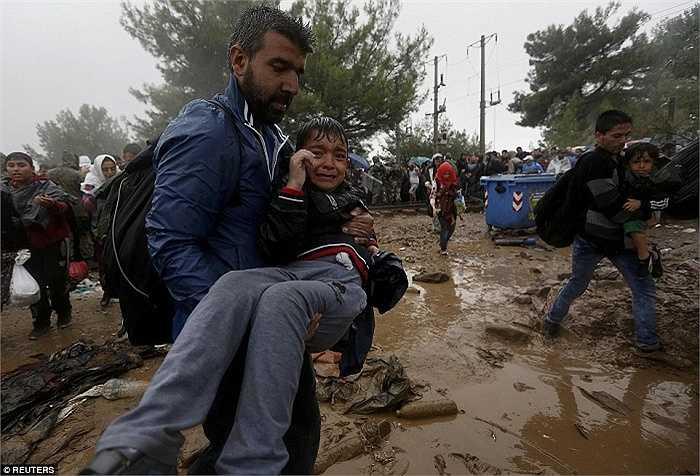 Lãnh đạo Liên Hiệp Quốc cảnh báo có thể Hungary sẽ đón hơn 42.000 người tị nạn trong 10 ngày tiếp theo và nước này cần sự giúp đỡ quốc tế để chuẩn bị nơi ở cho những người di cư tại biên giới