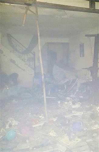 Bên trong ngôi nhà tan hoang sau tiếng nổ lớn, nhiều vật dụng hư hỏng, cánh cửa bị bật tung.