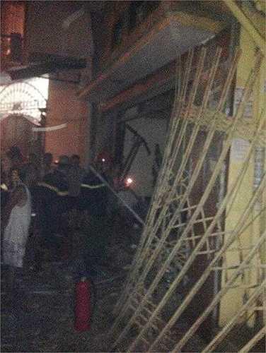 Cánh cửa sắt bị bật tung sau vụ nổ.