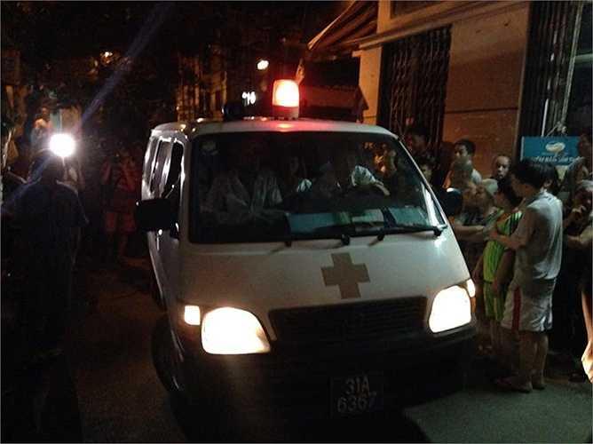 Xe cứu thương có mặt tại hiện trường đưa các nạn nhân đi cấp cứu.