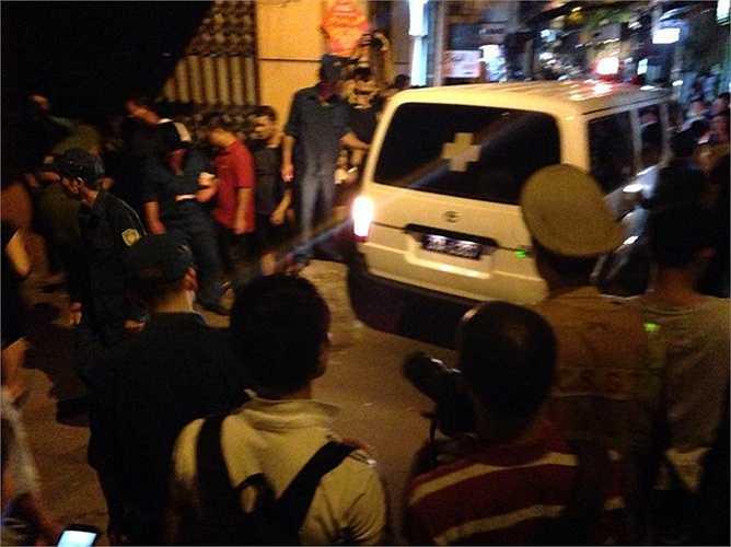 Theo thông tin ban đầu, nạn nhân tử vong tên Đạt. Anh này đi qua khu vực hiện trường đúng thời điểm xảy ra vụ nổ.