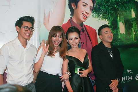 Đến buổi ra mắt phim còn có sự tham gia của các diễn viên chính trong phim như Trấn Thành, Hari Won, Quang Đăng.