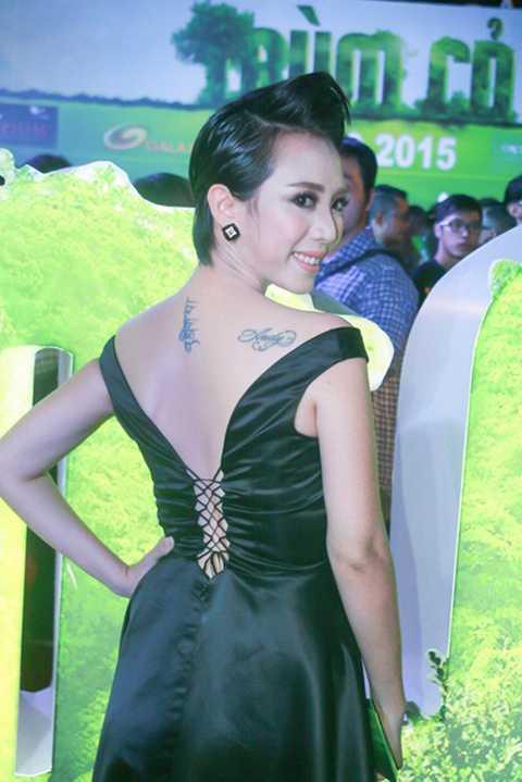 Không những thế, chiếc váy của Thu Trang còn giúp cô khéo léo khoe vai trần nuột nà và hình xăm lạ mắt.