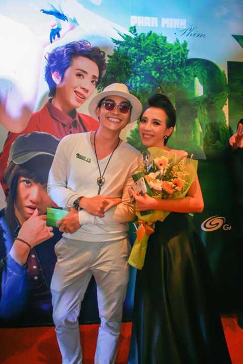 Hoa hậu hài tình tứ bên nam diễn viên Khương Ngọc.