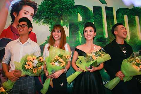 Diễn viên hài Thu Trang và các nghệ sĩ trong phim nhận hoa cảm ơn từ đơn vị sản xuất và nhà tài trợ.