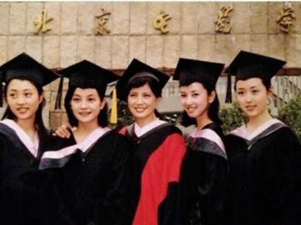 Triệu Vy và Từ Tịnh Lôi, hai diễn viên được xếp vào danh sách 'Tứ đại hoa đán' của Trung Quốc, đều tốt nghiệp đại học ngành Diễn xuất và cao học ngành Đạo diễn (khóa 2006) từ BFA. Trường cũng là nôi đào tạo nhiều nghệ sĩ hàng đầu Trung Quốc như bộ ba đạo diễn nổi tiếng Điền Tráng Tráng, Trần Khải Ca, Trương Nghệ Mưu, các diễn viên kỳ cựu Trương Thiết Lâm, Đường Quốc Cường hay những gương mặt nổi bật hiện nay như Dương Mịch, Lưu Diệc Phi. Ảnh: Sina