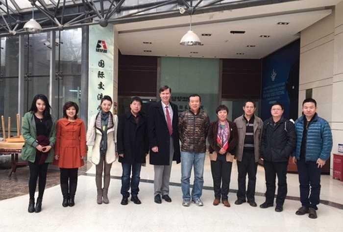 Cán bộ giảng viên Học viện Điện ảnh Bắc Kinh chụp ảnh lưu niệm cùng ông Alan Phillips, Chủ tịch Viện Nghệ thuật Vancouvers. Bên cạnh đội ngũ giảng viên dày dặn kinh nghiệm, 'Học viện mỹ nhân' lớn nhất châu Á thường xuyên mời các giáo sư thỉnh giảng nổi tiếng như đạo diễn James Cameron cùng những tên tuổi lớn khác trong ngành công nghiệp điện ảnh. Ảnh: Vanarts.