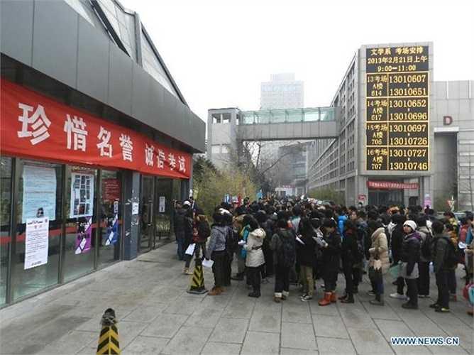 Các thí sinh chờ đợi để đăng ký thi tuyển vào Học viện Điện ảnh Bắc Kinh. Nhằm thực hiện ước mơ trở thành ngôi sao điện ảnh, hàng nghìn người không ngại xếp hàng trong thời tiết lạnh giá để tìm kiếm cơ hội bước chân vào ngôi trường danh tiếng này. Ảnh: Xinhua.