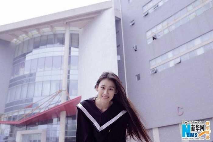 Diễn viên, tân cử nhân Wang Wanzhong rạng rỡ trong các bức ảnh kỷ yếu. Thời gian học tập tạo cho các cựu sinh viên thói quen chăm chút ngoại hình và luôn tỏa sáng trước giới truyền thông. Ảnh: Xinhua.