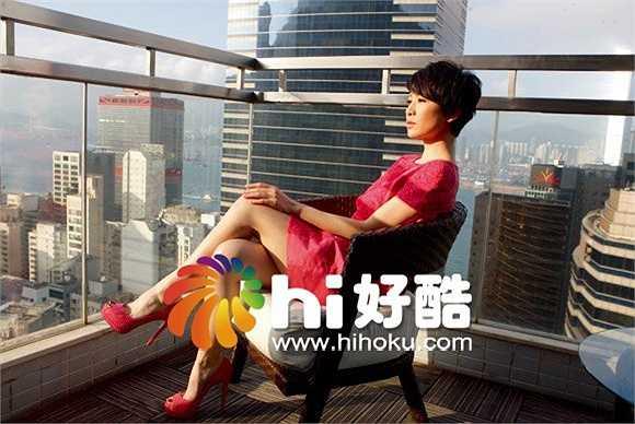 Sau 2 năm 'dạo chơi' ở Trung Quốc đại lục, Xa Thi Mạn trở lại Hồng Kông và tiếp tục ký hợp đồng với đài TVB vào năm 2013 với mức cát-xê ký là 50 triệu HKD (143 tỷ đồng). Một năm hợp đồng với TVB hết hạn, Xa Thi Mạn lưỡng lự chưa muốn kí tiếp (vì TVB không tăng cát-xê) sau khi cô nhận liên 4 giải Ảnh hậu (StarHub TVB Awards, Giải TVB Malayxia, TVB Anniversary Awards và của TVBC) từ phim Sứ đồ hành giả.
