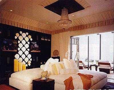 Năm 2003, 'căn hộ phát đạt' giá 5 triệu HKD (14,3 tỉ đồng) ở Seaview Garden thuộc khu Noth Point đắt đỏ của quận Đông, Hồng Kông được Xa Thi Mạn rao bán với giá 13,68 triệu HKD (39 tỉ đồng), sau đó đút túi 8 triệu HKD (23 tỉ đồng). Ngoài ra cô còn 'mua đi bán lại' hàng loạt căn hộ ở những vị khu vực có giá nhà đất đắt đỏ của Hồng Kông, thu lời hàng tỉ đồng.