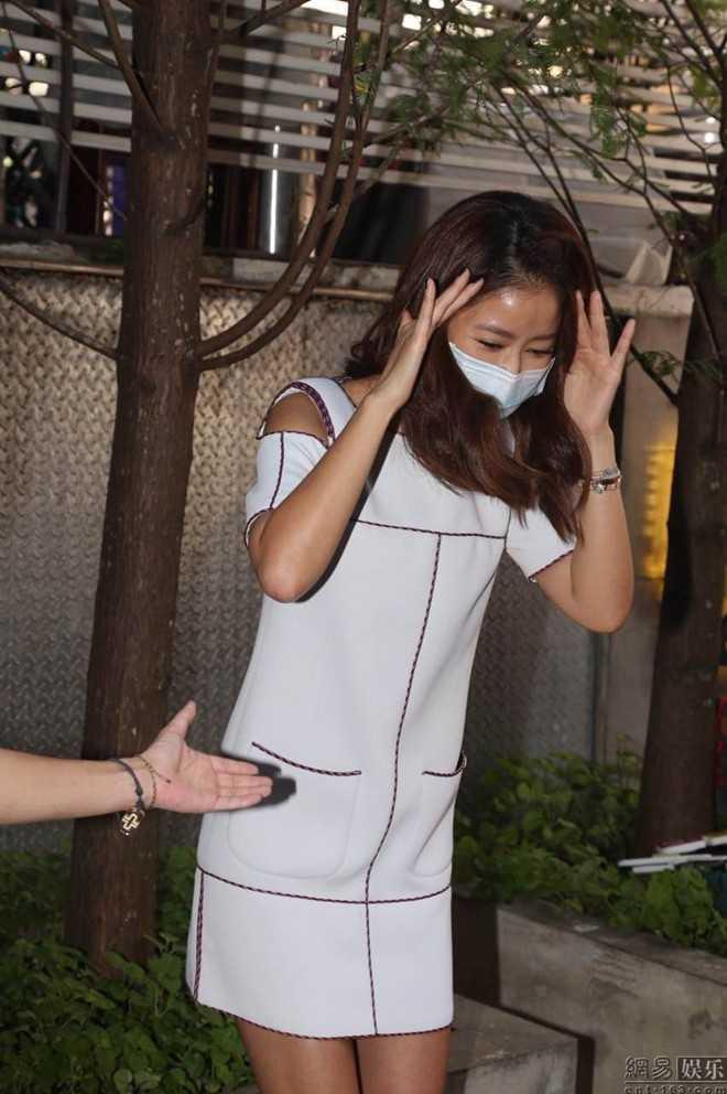Lâm Tâm Như né tránh vì vùng mặt đang bị thương.