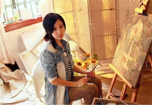 Lou Yi Xiao, từng gây xôn xao cộng đồng Trung Quốc bởi tài năng diễn xuất gây sóng qua bộ phim Chung cư tình yêu. Ngoài đóng phim, cô nàng sinh năm 1988 còn xuất sắc trong khiêu vũ, xinh đẹp và sở hữu chiều cao tương đối chuẩn 1m68.