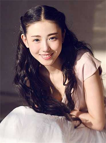Học viên sân khấu Trung ương Bắc Kinh là một trong những cái nôi trưởng thành của khá nhiều sao nữ. Xin Yuan Zhang, cô nàng nổi như cồn trên các trang mạng xã hội của Trung Quốc cũng từng theo học tại ngôi trường này. Vừa qua, Xin Yuan Zhang đã tốt nghiệp ngành diễn xuất tại đây.