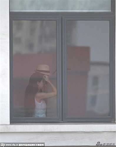 Mới đây, cánh phóng viên vừa chụp được hình ảnh Huỳnh Hiểu Minh tới studio, nơi làm việc của Angela Baby thăm vợ. Angela Baby có mặt tại studio chụp hình quảng cáo cùng Cao Viên Viên.
