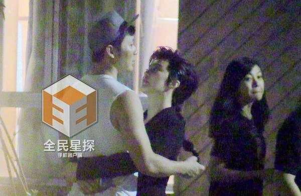Dễ dàng có thể nhận ra sau khi chụp hình xong Phạm Băng Băng liền chạy tới làm nũng với bạn trai.