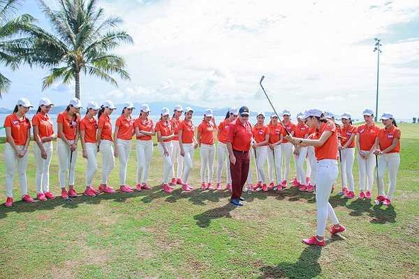 Do đã  có dịp giao lưu trước đó nên các thí sinh rất hòa đồng, vui vẻ cùng nhau học cách chơi golf với các huấn luyện viên.