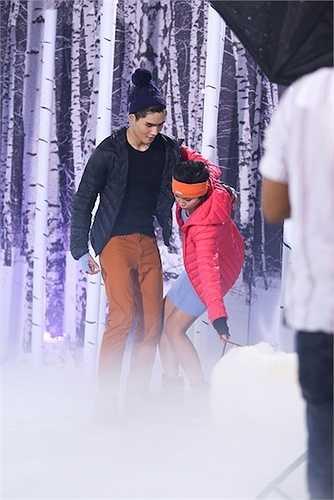 Họ tiếp tục đối diện với việc phải làm quen với đôi giầy trượt băng, dưới cái lạnh âm độ cùng những chú chó Alaska đáng yêu.