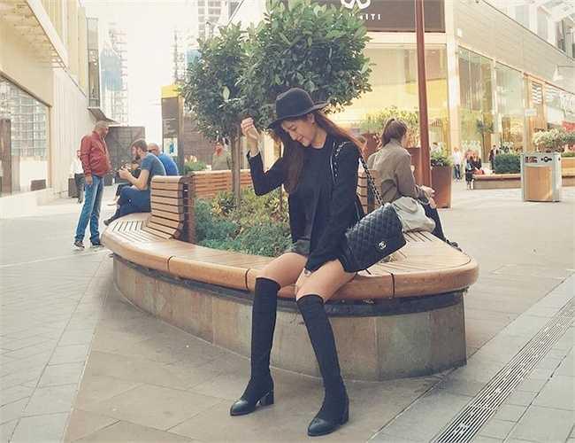 Cô khoe đôi chân dài thẳng quyến rũ với quần sọc và legging.