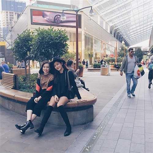 Vừa đến nơi chưa quen giấc cô đã cùng bạn bè và mẹđi dạo 1 vòng dạo chơi xung quang thành phố.