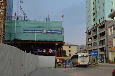 Khu vực rào chắn trước lô cốt giao thông trên đường Trần Phú (gần bến xe Hà Đông cũ) sẽ được dỡ bỏ vào ngày 14/9 tới (ảnh chụp ngày 11/9).