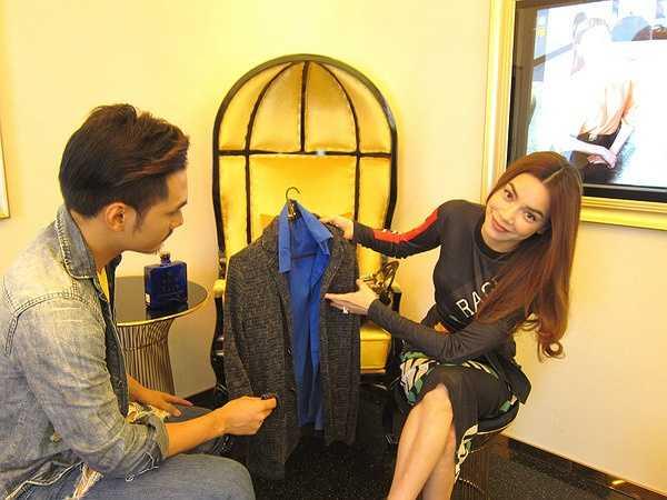 Trước khi lên đường sang Mỹ, Hồ Ngọc Hà đã cùng Lý Quí Khánh đi chọn đồ để chuẩn bị kỹ lưỡng cho lần gặp gỡ David Beckham.