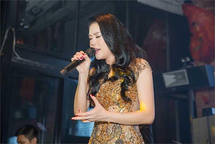 Tối qua (11/9), Thu Phương đã có đêm nhạc 'Có phải em mùa thu Hà Nội' tại một quán bar với 3 học trò The Voice.