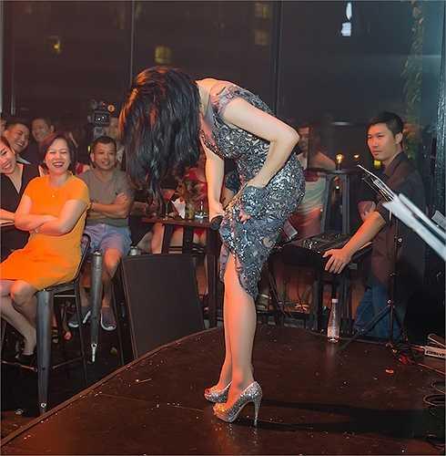 Nữ ca sỹ vô cùng 'máu', buộc váy để có thể trình diễn 'sung' hơn với khán giả.