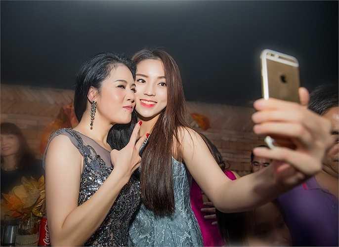 Thu Phương vô cùng 'xì-tin' bên cạnh Hoa hậu tuổi teen.