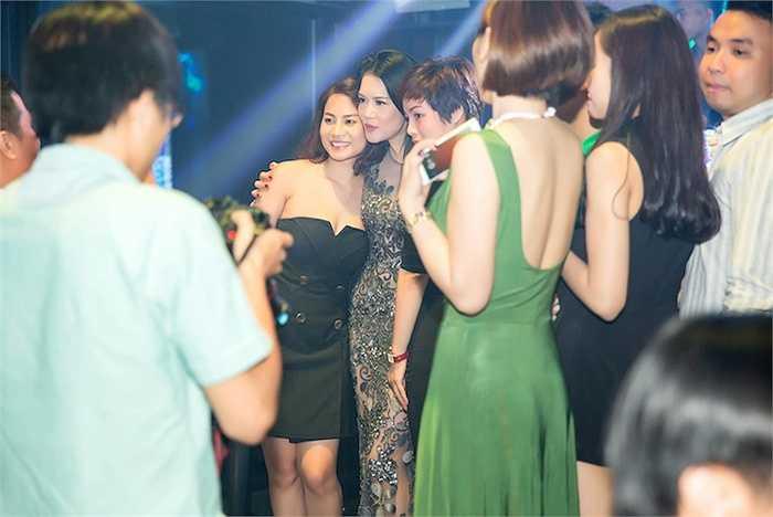 Trước khi ra về, Thu Phương còn nán lại chụp ảnh với người hâm mộ và ký tặng CD.