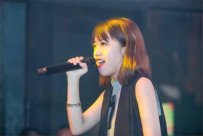 Cùng biểu diễn với cô là các học trò trong chương trình Giọng hát Việt. Khánh Linh hát 'Chạy'.