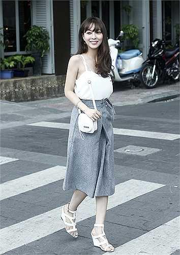 Gần đây nhất, cô đã cho ra mắt MV ca nhạc được dàn dựng chuyên nghiệp cover theo 'Âm thầm bên em' của nam ca sĩ Sơn Tùng M-TP.
