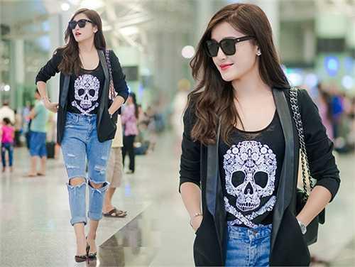 Xuất hiện tại sân bay Nội Bài tối qua (10.9) trước chuyến bay sang Anh công tác, á hậu Huyền My khoe phong cách thời trang trẻ trung khá bụi bặm với quần jeans rách cùng áo thun in hình đầu lâu cá tính.